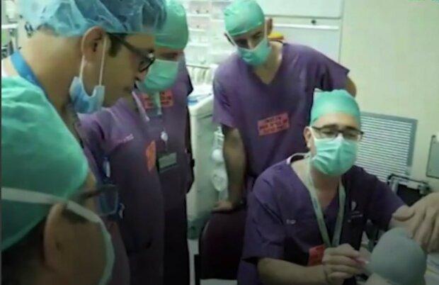 """Izraelští chirurgové poprvé oddělili od sebe siamská dvojčata, která se nikdy neviděla: """"Už mohou dýchat."""" Podrobnosti a fotografie"""