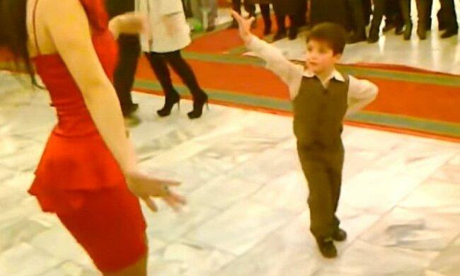 Chlapec pozval krásku k tanci. Po chvilce se publikum obdivovalo jeho tanec