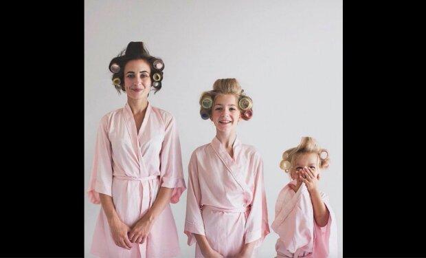 Matka se svými dcerami dobývá internet fotografií ve stejném oblečení. Ale jedna z nich vždy přináší své jiskru