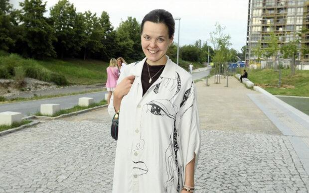 """""""To, že jsou tady bílé a černé pásky, mi přijde brutální"""":Snoubenka miliardáře Karla Janečka odsoudila opatření na festivalu ve Varech"""