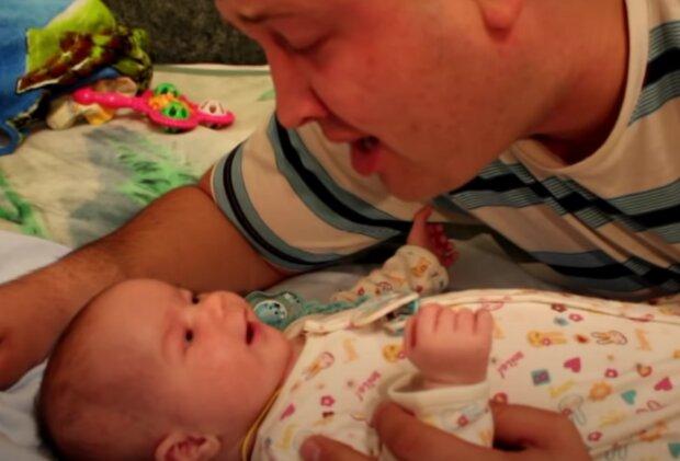 Otec a syn. Foto: snímek obrazovky YouTube