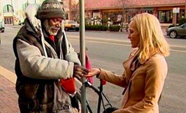 Žena spolu s mincemi náhodně hodila snubní prsten bezdomovcu. Pokušení nepodlehl a život ho odměnil
