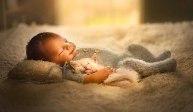 Ve velmi dojemném projektu fotí slavná fotografka novorozence s mláďaty různých zvířat
