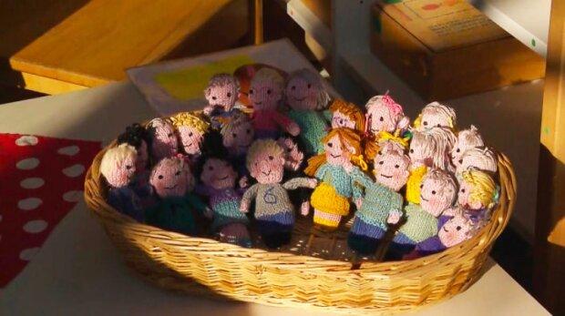 Učitelce chyběly její žáky natolik, že uháčkovala malé panenky ve formě svých 23 studentů