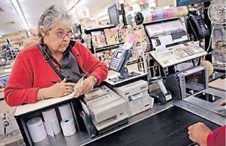 Pokladníce pokárala starší ženu za to, že se její generace nestarala o životní prostředí. Babička odpověděla a pokladníce se začervenala