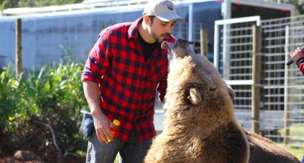 """""""Medvědi mají svůj vlastní rybník, bazény, trávníky, stromy."""" Neobvyklý koníček jedné rodiny: čtrnáct medvědů v zahradě"""