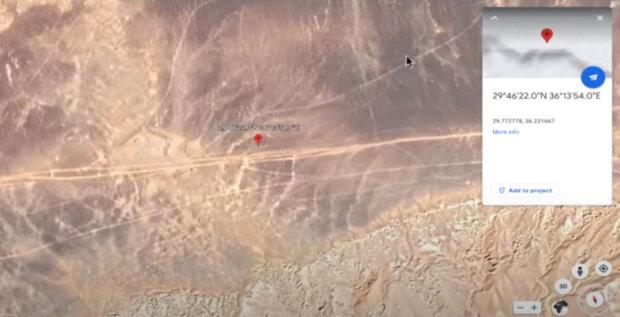 Bloger našel v Google Earth obří nápis v poušti: Komentátoři se podělili o spekulace, kdo mohl zprávu opustit poslat vzkaz
