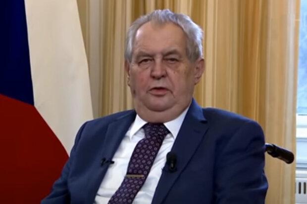 Prezident Zeman opustil nemocnici: Prezident dostal draslík a řekl, jak se cítí