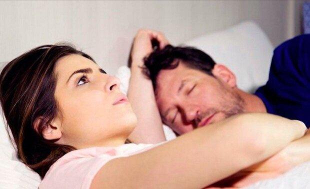 Muž si začal vypínat zvonění na telefonu. Jeho žena něco tušila a v noci přiložila jeho prst ke snímači otisků