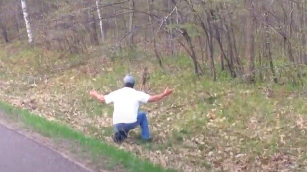 Muž si všiml malého živého tvora na silnici: zvládnul zpomalit a udělal vše pro to, aby ho zachránit