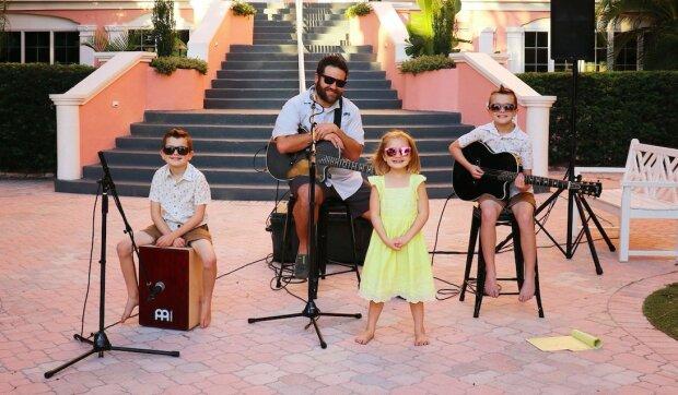 Táta během nucené dovolené uspořádal hudební skupinu s dětmi