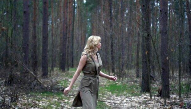 Žena se ztratila v lese. Seděla poblíž stromu a uviděla dvě hořící oči - vlčice žádala o pomoc