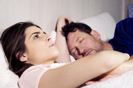 Manžel začal neustále vypínat zvuk ve smartphonu: Nataša měla podezření, že se něco děje, a v noci přiložila jeho prst ke skeneru