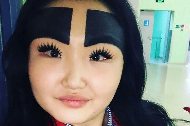"""""""Instagramová hvězda"""" s obrovským nakresleným obočím překvapila fanoušky poté, co ukázala svůj vlastní vzhled s obočím i bez něj: jak ale vypadá"""
