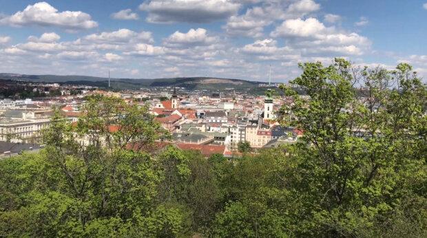 Letní teploty pokračují, do Česka se ale vkrádá podzim: Meteorologové varují, že o víkendu mohou přijít bouřky