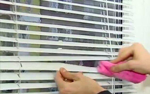 Jak odbarvovat starý tyl, umýt žaluzie a vyprat závěsy, aby se nezmenšily: pět okenních hacků