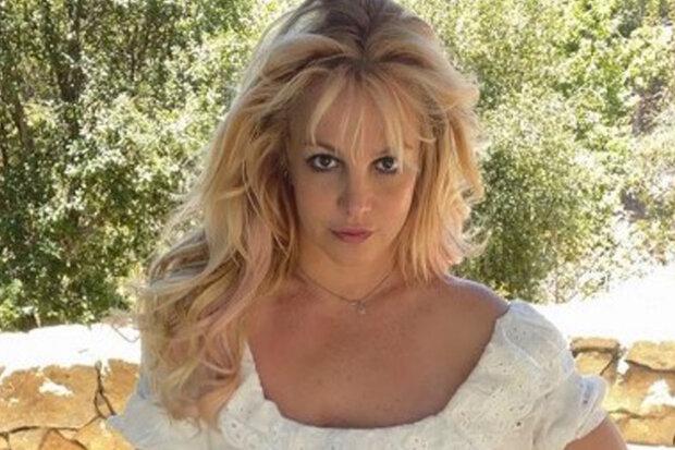 """""""Psst, slyšeli jste mě. Polibte to"""": Britney se podělila o fotku v kozačkách a miniaturních kalhotkách"""