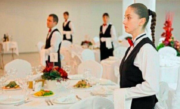 Žena pracovala jako servírka na svatbě svého bývalého. Na konci večírku jí dala matka ženicha obálku