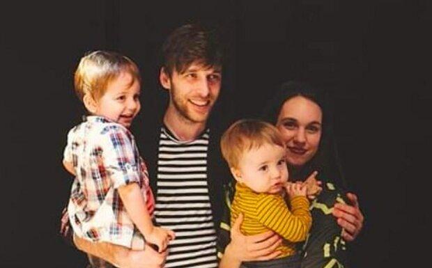 """""""Mně by se strašně líbilo, kdybych mohl pořád plodit děti,"""" tvrdí Roman Tomeš. Co na mateřství jeho manželka"""