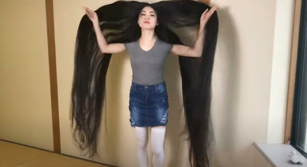 Dívka už 15 let nechodila ke kadeřníkovi: prozradila, že už je zvyklá na pohledy cizinců na ulici a většinou nosí vlasy zapletené v copu
