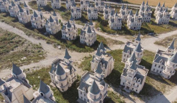 Stovky hradů ve stylu pohádkového zámku Walta Disneyho v Turecku stojí prázdné: proč v nich nikdo nechce bydlet