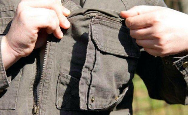Muž si koupil bundu v second handu. Když v kapse našel peníze, šel ihned na policii