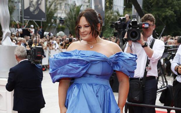 Šaty Jitky Čvančarové: proč se šaty, ve kterých herečka přišla na zahájení Karlovarského filmového festivalu, staly předmětem vtipů