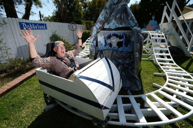 Pro svá vnoučata uděláte všechno: Americký důchodce postavil Disneyland na zahradě svého domu