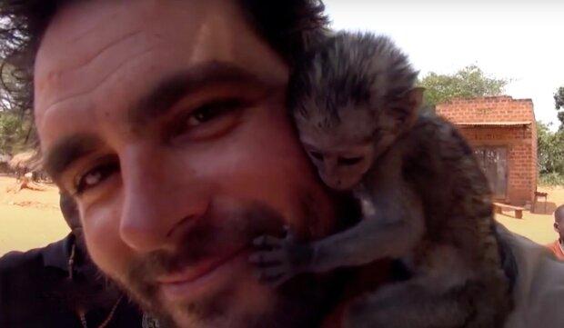 Příběh jedné malé opice, která zbožňuje muže, který ji zachránil v ohni