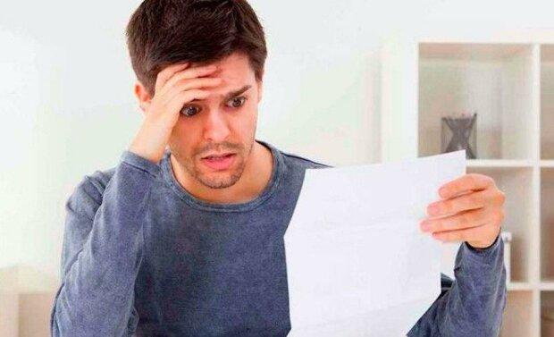 Když vyšli z budovy soudu, žena bývalému manželovi dala do rukou list papíru, který ho donutil rozvodu litovat
