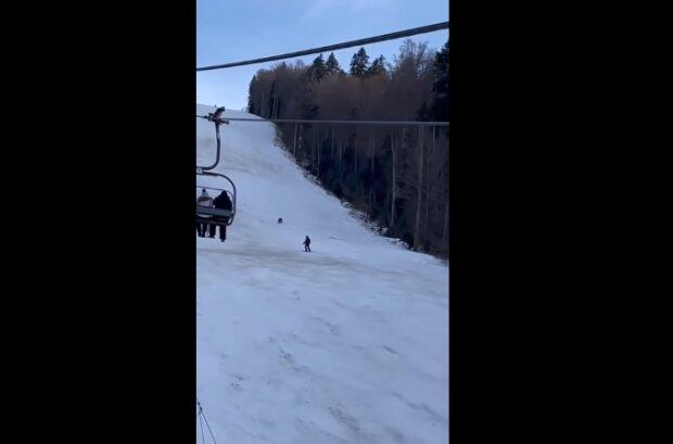 """""""Nejdůležitější je neupadnout do rozpaků"""": Medvěd pronásledoval lyžaře ze svahu v letovisku, ale muž našel cestu ven"""