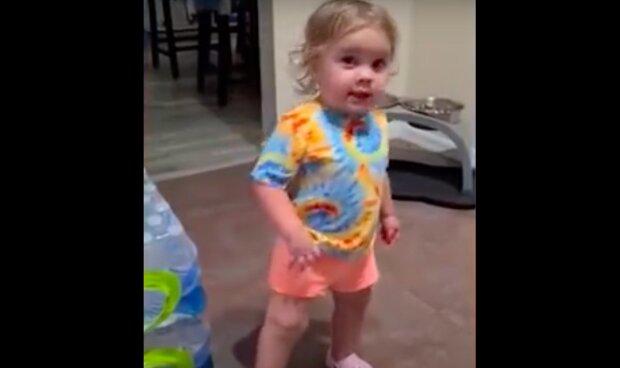"""""""Budoucí právník"""": příbuzné uviděli, že jejich dcera odebírá jídlo od psa, ale dítě ve vtipném video skoro přesvědčilo o opaku"""