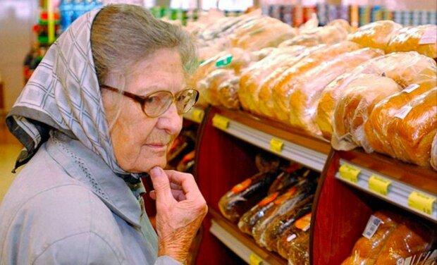 Rodina chtěla v obchodě s potravinami pomoci stařence, ale ta odmítla. A tak přišli k ní domů