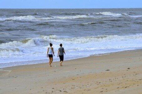 Milenci se procházeli po pláži a pod nohama se jim hýbal písek: zpočátku se báli a pak se na to zaníceně dívali